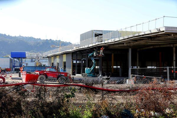 Le chantier a commencé dans la zone industrielle de Carros (Alpes-Maritimes) pour construire l'agence d'Amazon qui doit ouvrir à l'été 2021.