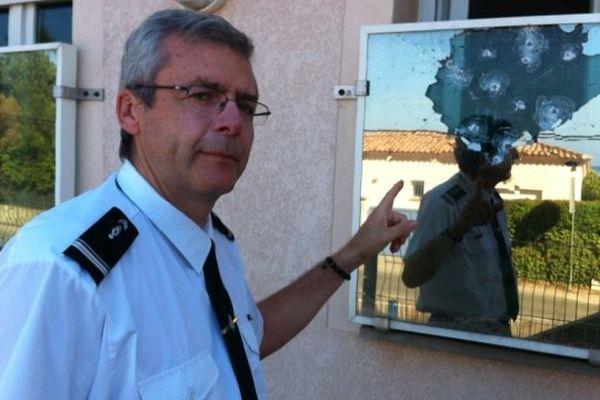 Le Major Thierry Sernaglia montre les impacts d'un tir sur le blindage des vitres de la gendarmerie de Pietrosella