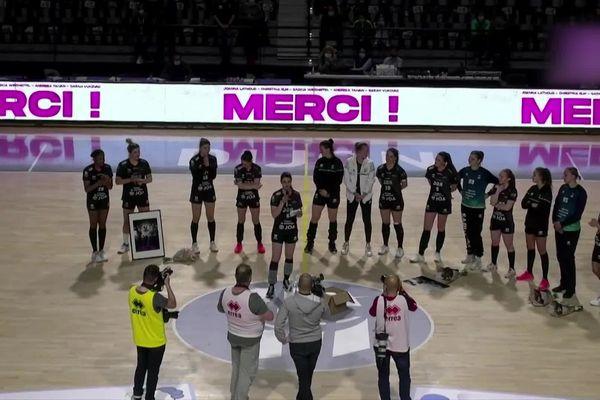 L'équipe de la JDA handball le 22 mai 2021, lors du dernier match de Joanna Lathoud au Palais des sports de Dijon.