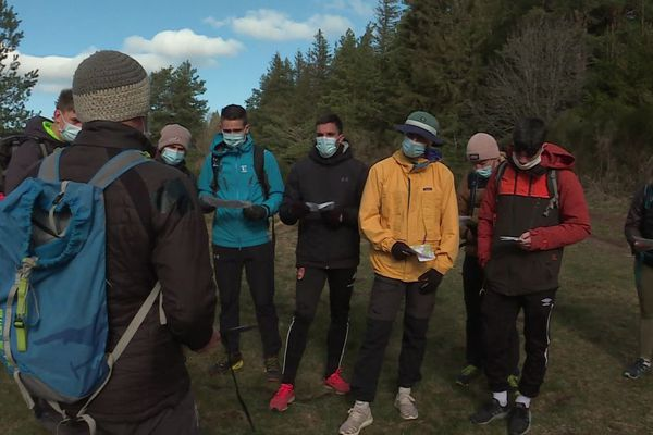 Pas moins de 14 étudiants ont découvert le lac de Servières dans le Puy-de-Dôme afin de préparer leur diplôme d'accompagnateur de moyenne montagne.
