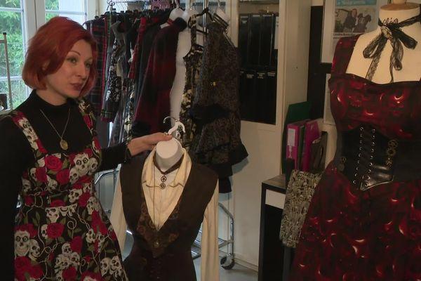Chez elle, Caroline Bandollier crée des vêtements sur-mesure.