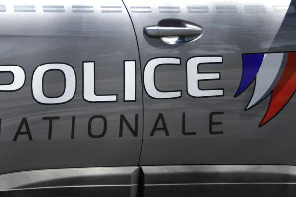 Selon les premiers éléments de l'enquête, trois hommes se faisant passer pour des policiers ont brisé sa porte (illustration).