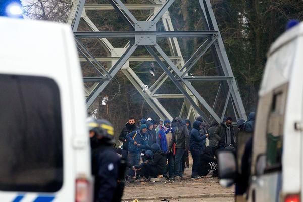La présence policière fait souvent l'objet de tensions avec les migrants à Calais.