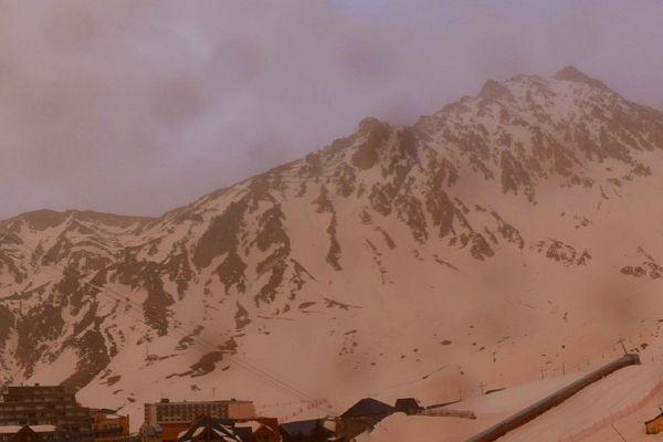 La station de ski de La Mongie baigne dans un halo orange ce samedi 5 février 2021.