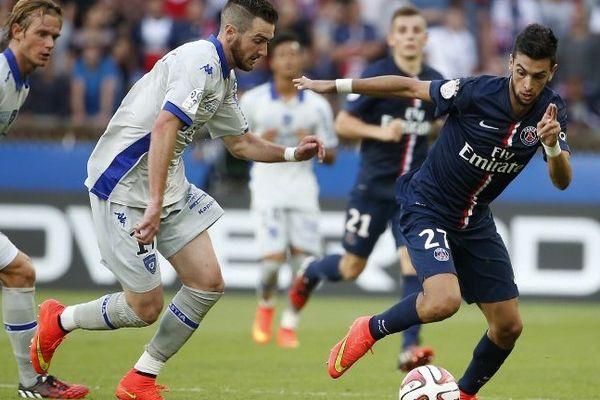 Javier Pastore à la lutte avec le défenseur bastiais Mathieu Peybernes, lors de la rencontre PSG - Bastia, le 16 août 2014 au Parc des Princes, à Paris.