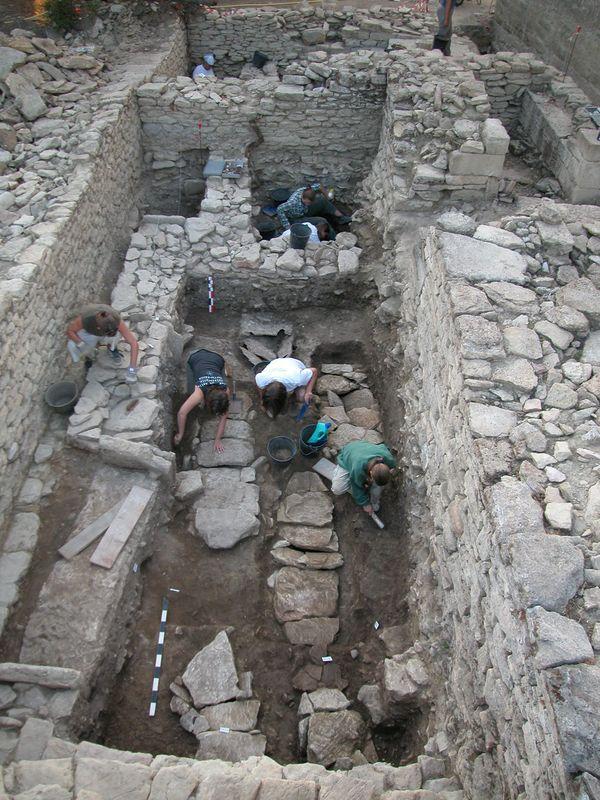 Les tombes carolingiennes (VIIIe - Xe siècles) mises au jour sous les murs du prieuré (XIe - XIIIe siècles), lors d'un des chantier de fouille réalise entre 2000 et 2004, à Aubais près de l'église Saint-Nazaire.