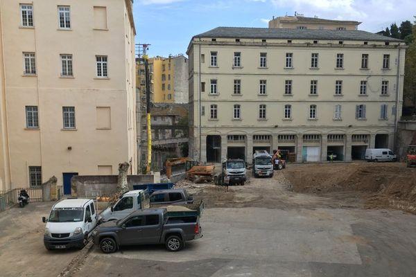 15/09/17 - Premiers coups de pelleteuse pour le parking Gaudin à Bastia (Haute-Corse)