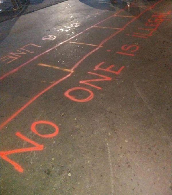 Au sol, sur le lieu de distribution, des consignes pour respecter les distances.