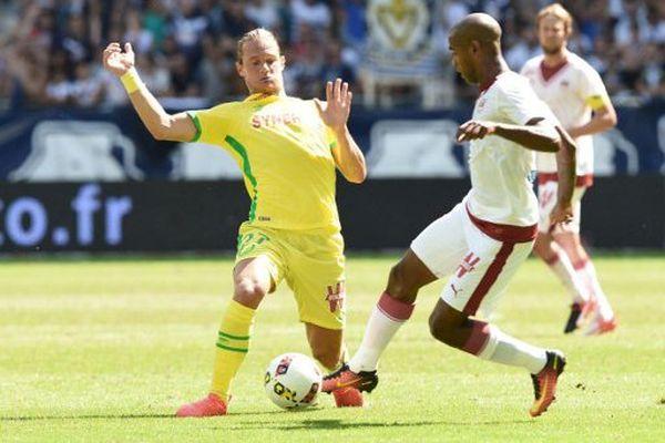 Bordeaux - Nantes (1-0) le 28 aout 2016 en 3ème journée de Ligue 1, le Girondin Diego Rolan, ici avec Guillaume Gillet, a marqué l'unique but de la rencontre