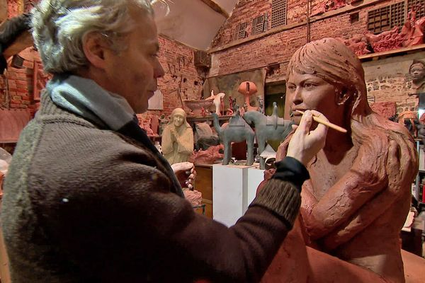 Janvier 2021 – Le sculpteur Jean-Marc dans son atelier du château de Bois-Guilbert (Seine-Maritime)