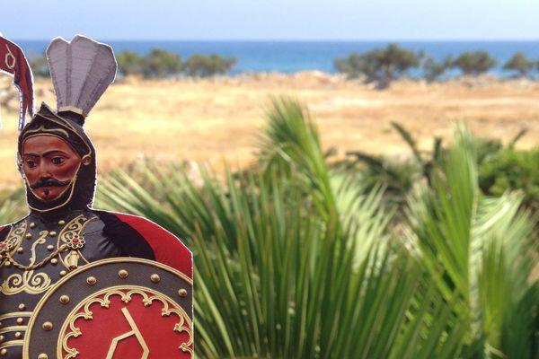 Douai propose à ses habitants de prendre des photos de leurs vacances (ici en Crète) avec un marque-page de Gayant, le Géant de la ville.