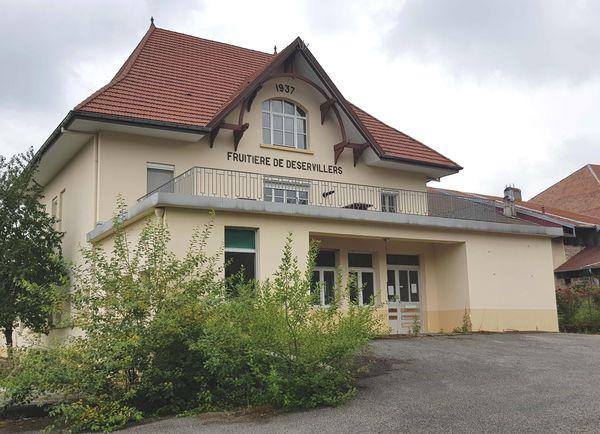 La première trace de l'existence d'une fruitière remonte à 1273, à Déservillers, dans le Doubs. La fromagerie a définitivement fermé ses portes en 2015.