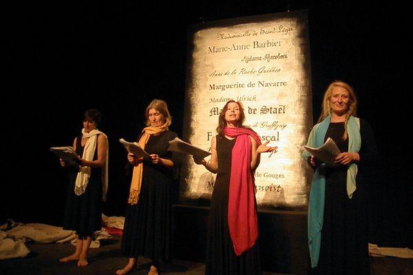 Les comédiennes de la compagnie de la Yole récitent les textes des grandes autrices françaises.