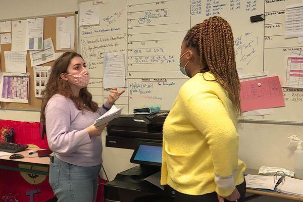 Caroline Monnet s'occupe de la surveillance et de l'encadrement des élèves durant le temps scolaire.
