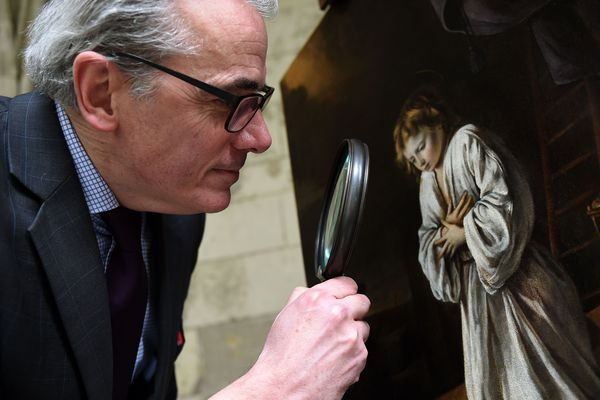 Stéphane Pinta, expert en peintures anciennes, devant le tableau inédit et inconnu des frères Le Nain, à Tours, le 6 mars.