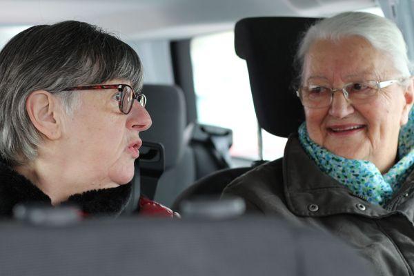 Annick et Jacqueline prennent le minibus de Familles Rurales une fois par mois.