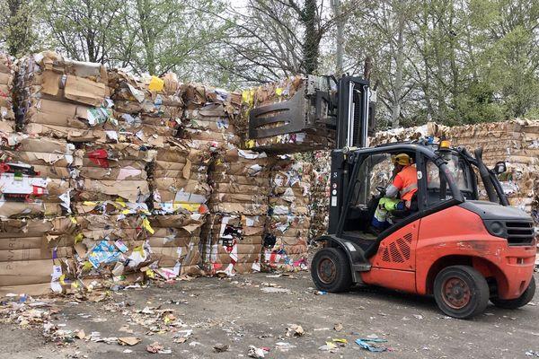 Piles de déchets au centre de tri de Manosque (04)