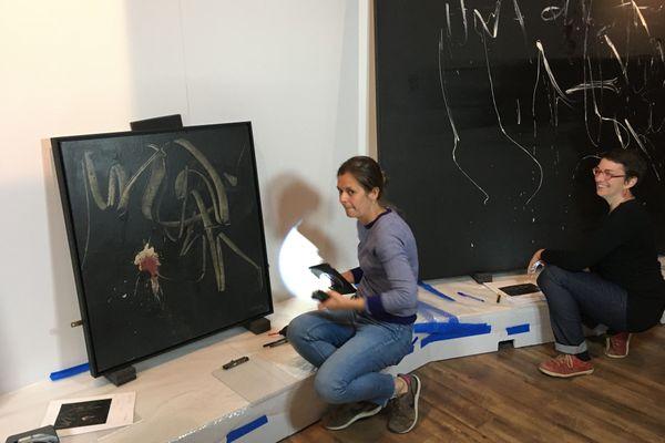 """Installation de l'exposition temporaire """"la libération de la peinture 1945-1962"""" visible au Mémorial de Caen du 14 juillet au 31 janvier 2020"""