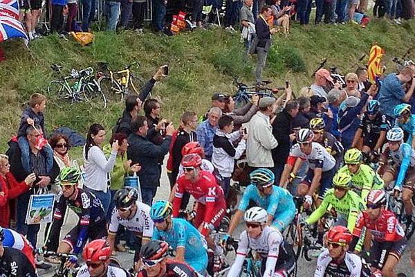 Le peloton du Tour de France lors de la première étape entre le Mont-Saint-Michel et Utah Beach, le samedi 2 juillet 2016