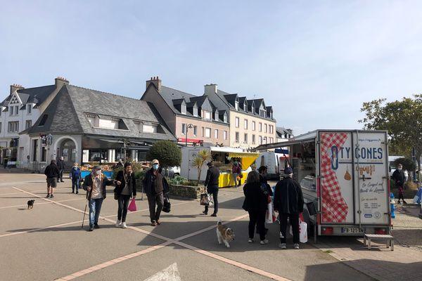 Le variant breton du Covid 19 alimentait les conversations du marché de Locquirec près de Morlaix ce mercredi 17 mars 2021