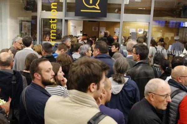 Des passagers bloqués dans le hall de la gare Montparnasse à Paris, le 27 mai 2016.