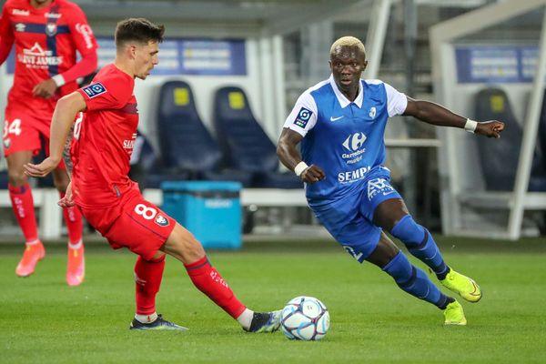 Le joueur grenoblois Djitté (en bleu) lors d'un match face à Caen.