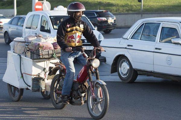 Elle roule toujours la Peugeot 103 comme ici dans les rues de Rabat