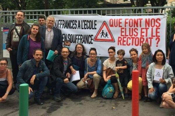 """Le 20 juin 2021, les parents d'élèves de l'école élémentaire Lespinasse à Saint-Cyprien à Toulouse se sont mobilisés pour dénoncer une école """"en souffrance""""."""