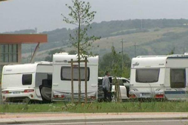 80 caravanes appartenant à une mission évangélique se sont installés sur les pelouses du centre commercial Auchan, à Sens.