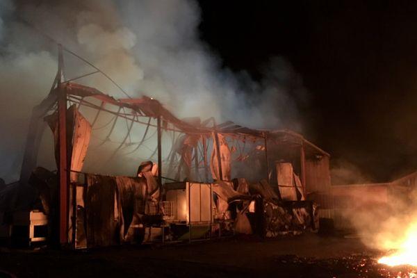 La moitié des hangars des 4000m² de hangars ont été détruits. Cinq personnes se retrouvent au chômage technique.