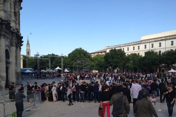 Le public fait la queue devant les arènes de Nîmes pour assister à la première corrida de la féria : un mano à mano entre El Juli et Morante de la Puebla