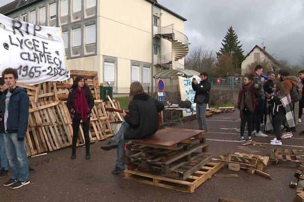 Lycéens et enseignants bloquent le lycée de Clamecy pour défendre les lycées ruraux