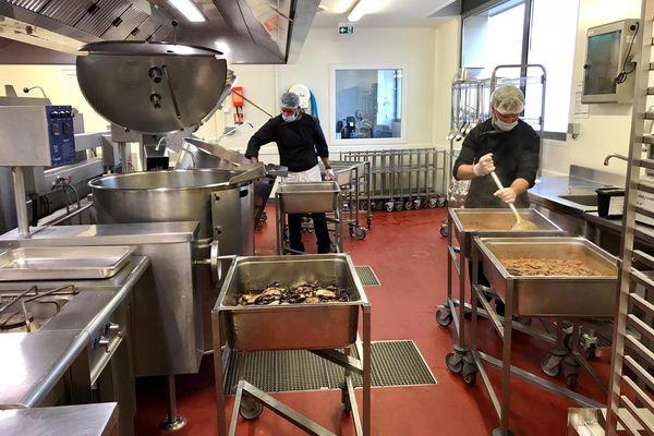 """La plateforme médico-logistique de Carcassonne où sont concoctés les repas """"faits maison"""" ou presque."""