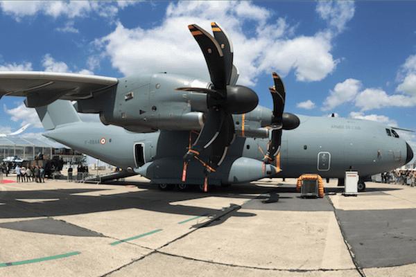 L'A400M exposé au Bourget sur le stand d'Airbus connaît un vif succès auprès des visiteurs du Salon.