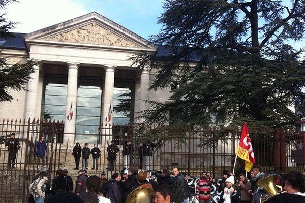La manifestation devant le palais de Justice