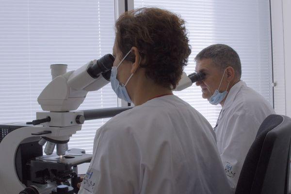 Samia Gonzalez et Bernard Fouet, médecins anatomo-pathologistes