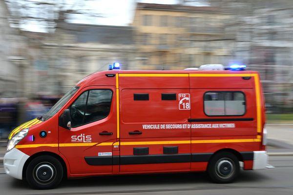 Un véhicule de secours toutes sirènes hurlantes.