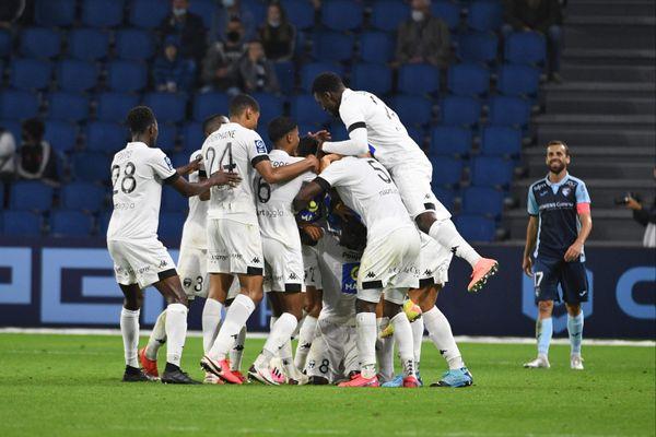 La joie des Niortais après le but d'Olivier Kemen à la 90è minute sur la pelouse du Havre.