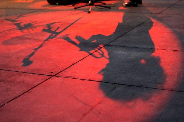 Au programme de Jazz de Mars 2021 : la trompettiste Airelle Besson (dont on voit ici l'ombre) va former un duo avec l'accordéoniste Lionel Suarez le 25 septembre.