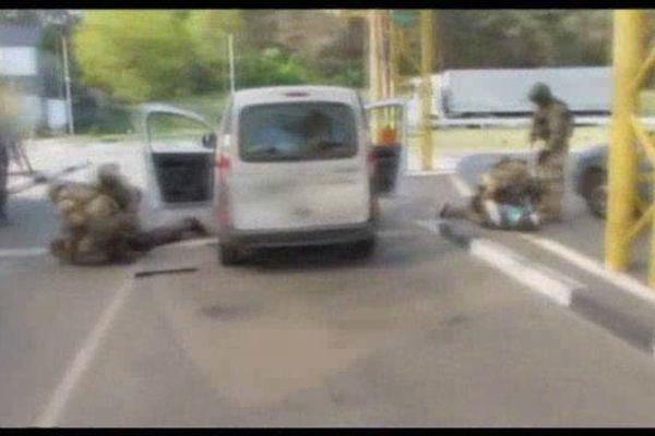 Sur la vidéo, on voit deux hommes plaqués au sol.