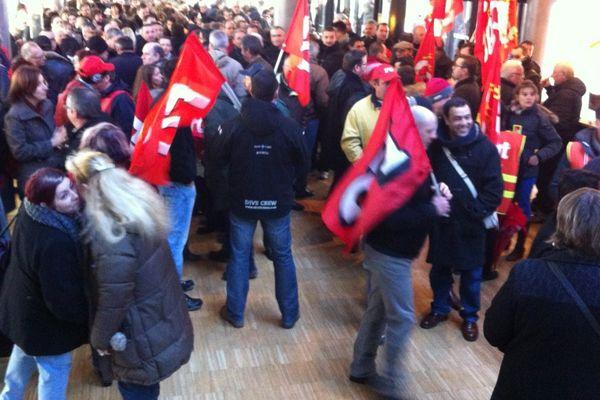 Les agents municipaux de Bourges manifestent dans le hall de la mairie le 5 février.