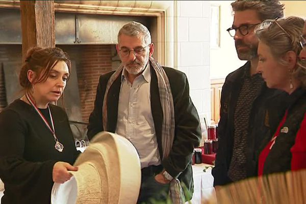 Médaille du meilleur ouvrier de France en 2015, la modiste Alexandra Chamaillard présente son travail au château de Cheverny.