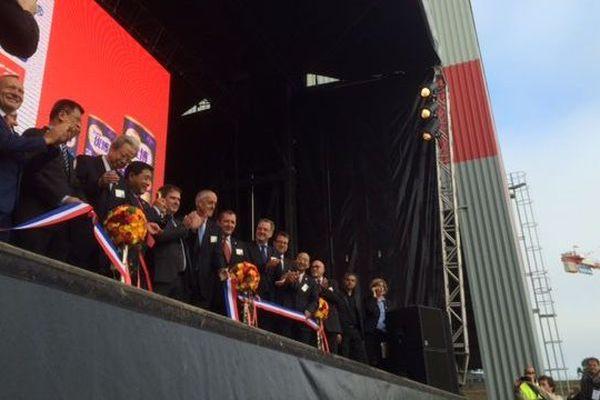 La coupe du ruban pendant l'inauguration de l'usine Synutra à Carhaix