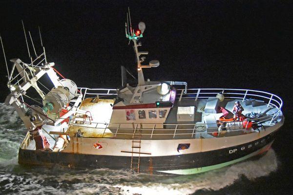 """15 avril 2021 : opération de sauvetage après une voie d'eau à bord du bateau de pêche """"Schneivin's"""" au large de Dieppe"""