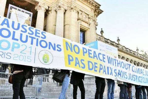 Une trentaine d'activistes s'était donné rendez-vous au Grand Palais pour dénoncer le greenwashing de certaines entreprises, en marge de la COP21.