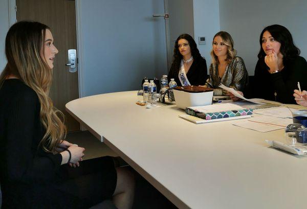 Clémence explique ses motivations au jury du comité Miss Champagne-Ardenne.