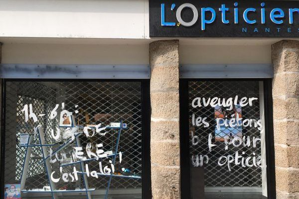 Des inscriptions sur les devantures contre la pollution lumineuse à Nantes, le 1er mai 2019