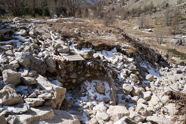 Une passerelle prés de la Gordolasque, détruite par les intempéries
