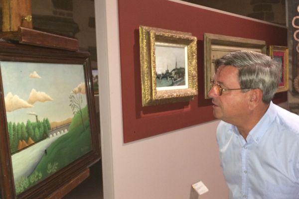 Didier Pillon dubitatif devant un tableau du Douanier Rousseau qui s'est avéré... faux!