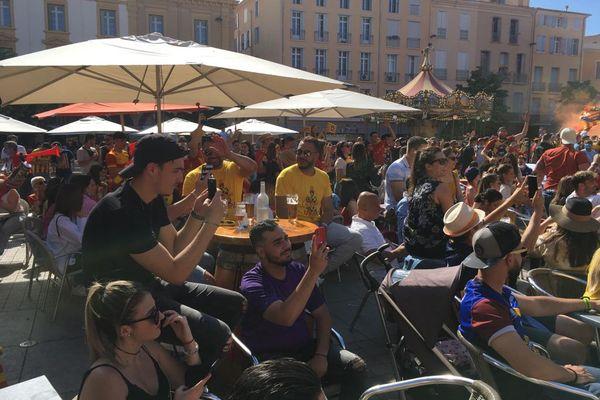Supporters devant l'un des cinq écrans géants de Perpignan, à quelques minutes du coup d'envoi de la finale de l'USAP contre Biarritz, le 5 juin 2021.